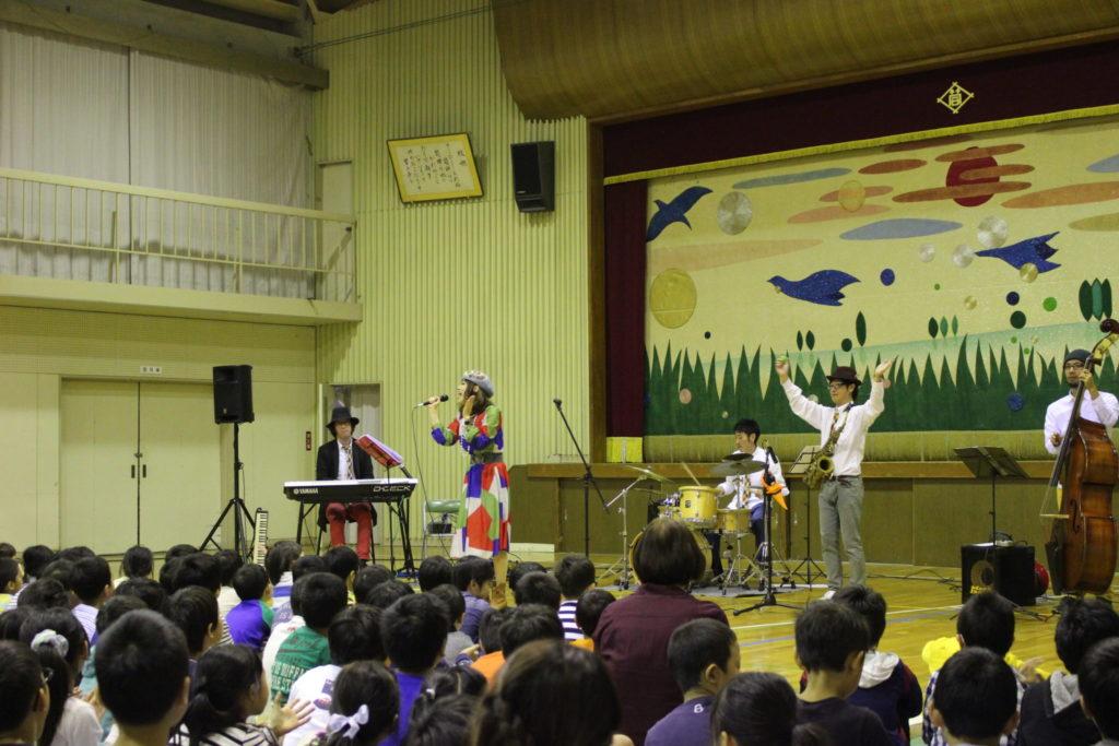 小学校で芸術鑑賞会