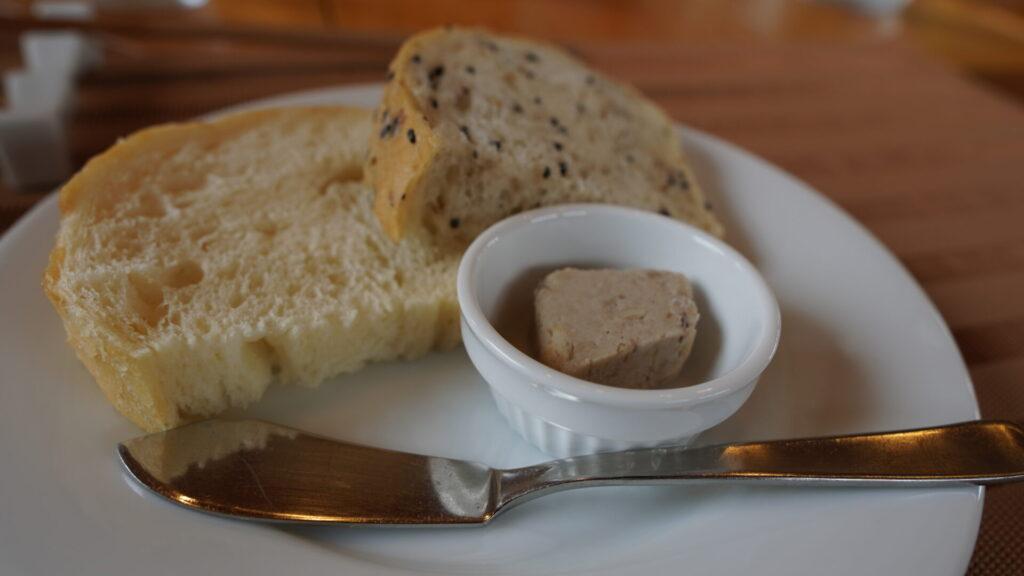 手作りパン(豚リエット付き)